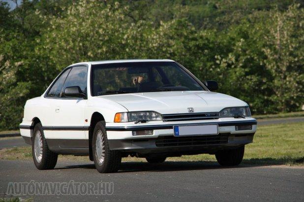 Nem egy gyakori modell a Legend Coupe, ám aki visszapillantójában meglátja, óvakodjon tőle, hihetetlenül megy ugyanis