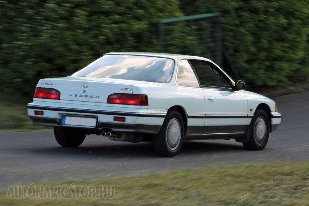 Vonalaival és részleteivel egyaránt amerikainak tűnik a Legend, pedig ez egy európai specifikációs, japán autó. Az kortünet, hogy fékei a maiakhoz mérten alulméretezettek