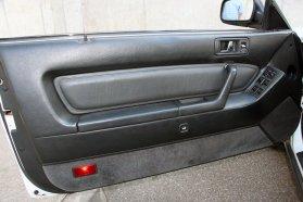 Puha felületeken könyökölhet a sofőr az ajtón, amiről a keret nélküli első és a szögletes hátsó ablakok is elektromosan engedhetők le