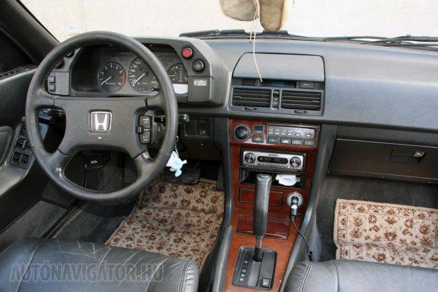 Prémiumvilág a nyolcvanas évekből. A pedálgumik még a gyáriak, kopás a kormányon már felfedezhető, az üléskárpitok kezdenek töredezni, ám más hiba nem említhető az 1988-as gyártású, 1989-ben átadott autón