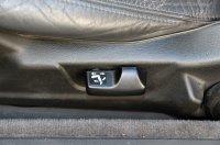 Elektromos a sofőr ülése, mély, flokkolt rekeszt ad az első könyöklő, az automata klíma gombjait felnyitható plexilap fedheti