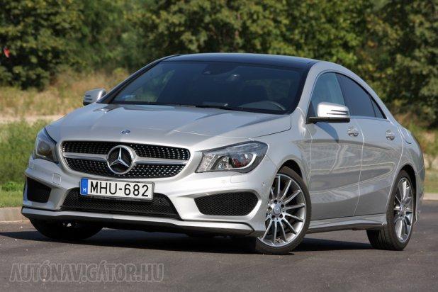 Ha még mostanában mindenképp a figyelem középpontjába szeretne kerülni, a friss és fiatalos Merci CLA optimális választás. Lehetőleg AMG-csomagosan. Mellette jelenleg az Audi és a BMW sehol nincsen. Se közvetlen konkurenssel, se dizájnban