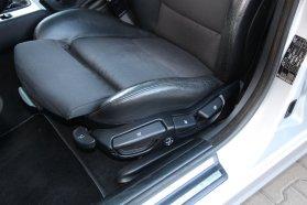 Minkét elülső ülés állítható magasságú, elektromosan (magasságában is) szabályozható deréktámaszú és állítható laphosszúságú