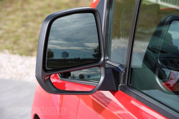 Praktikusan nagyok és osztott látóterűek, akár elektromosan mozgathatók és fűthetők a külső tükrök