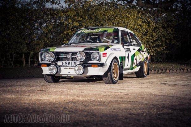 Tehetős gyűjtőknek örömhír: a Silverstone aukciósház ralicsemegét bocsát árverésre 2014. február 22-én, a Race Retro kiállításon, a Warwickshire-i Stoneleigh Parkban. Méghozzá egy Mk 2-es Ford Escort RS 1800-at 1977-ből. A legendás versenyautónak ezt a gyönyörű, Stobart-színekben pompázó példányát a Prepfab Motorsport Engineering építette (részletek itt). Az Mk 2-es sztorit ez a cikkünk eleveníti fel