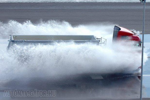 Tréningeiken a profik is könnyen elvéreztek, az ADAC meg az aktuális botrányokon fog − a képen egy teherautó a vizes tanpályán
