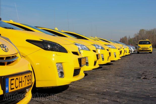 Alternatív hajtású autók a City Taxi flottájában, Budapest taxiszínében. A hibrid Toyota Priusok mellett − soron kívül ugyan − egy LPG-s Citroën Xsara Picasso áll