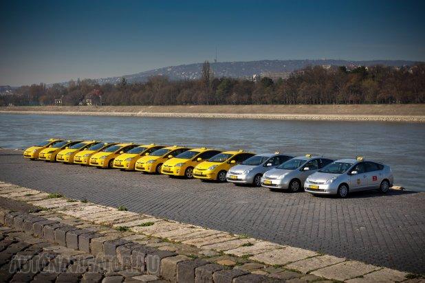 Ma még a hibridek jelentik az élhető és környezetbarát autózást, illetve taxizást. Ennek megfelelően a legnépszerűbb hibridnek számító Toyota Prius a City Taxi flottájában is szép számmal megtalálható