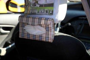Ásványvíz és papírzsebkendő a Priusban. Igazából filléres tétel az egészséges, tiszta életre utalva, amit céloz és szolgál a hibridüzem is. Mind hozzájárulnak ahhoz, hogy kellemesen utazhassunk