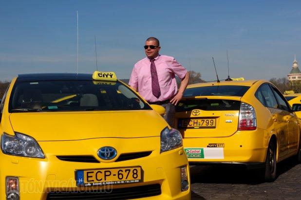 Gyurik Zoltán hét évvel ezelőtt Mercedes E-osztályból ült át Priusba, akkor egy Prius II-be. Szerelemből váltott Prius III-ra, autójának rajongója