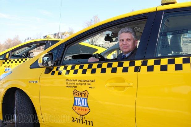 Krebs Zoltán még csak egy hónapja priusozik, kollégáihoz hasonlóan ő is stabilan 5 liter alatti fogyasztással autózik; városban és taxiüzemben