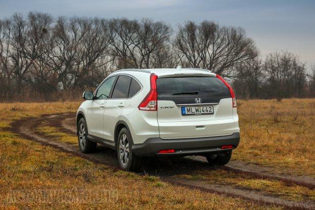 Terepre, bárminemű földútra is ritkán tévednek a szabadidő-autók (sofőrjei), de ha mégis, akkor sem kell a talán csak néha télen, csúszós úton, dombvidéken hasznos 4x4. Az 1.6-os dízel és nagyon takarékos Honda CR-V csakis fronthajtással kapható