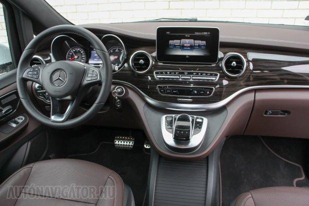 Személyautós, a Mercedes új, fiatalabb korosztályt célzó formavilágát és legújabb fedélzeti rendszereit soroló a műszerfal. A középső roló alatt 2 USB- és egy SD-aljzat, méretes pohártartós rekesz lapul