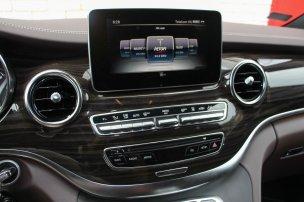 Audiorendszer, telefon, navigáció, kamera − minden szép nagyban látható a középkonzolról eltüntethetetlen tabletnyi kijelzőn