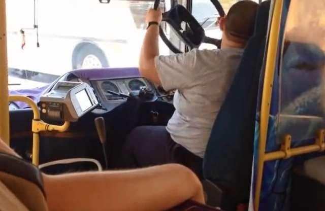 Leesett a busz kormánya, de a sofőr nem esett kétségbe