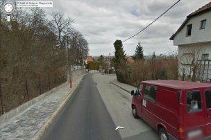 Google-képeken a helyszín. Kétirányú utca az egyik oldalon mindig parkoló több-kevesebb autóval, ami nyilván folyamatos konfliktusforrás