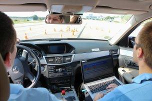 """Embléma nélkül is könnyű volt felismerni a Mercedes E-osztályt, a példány különlegessége volt, hogy kormánykerekét számítógépről is vezérelhettük, úgy kellett vezessük. Az igazán visszajelzés nélküli """"kormánykerék"""" az érintőpad volt"""