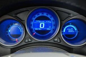 Az egyik leglátványosabb dizájnelem a kék különböző árnyalataiban állítható műszerfal-világítás. A szín hű a motor BlueHDi nevéhez
