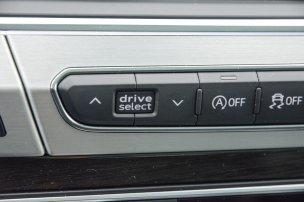 A drive select kapcsolóval hat előre programozott és egy egyéni mód közül választhatunk. Mindegyik másfajta motor, váltó és futómű karakterisztikát ad