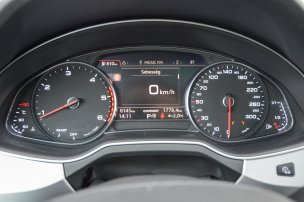 A műszerek közötti LCD kijelzőn számos információ érhető el. Extraként az Audi virtual cockpit teljesen vetített műszerfalat nyújt