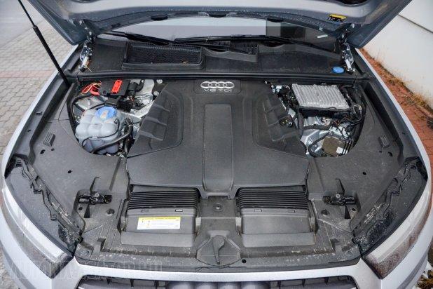Nem sokat mutat magából a 3,0 literes V6-os dízel. 272 lóereje és 600 Nm forgatónyomatéka személyautós dinamikával mozgatja a 2,1 tonnás tömeget