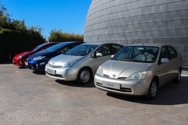 Prius generációk − az első még négyajtós volt, a 2003-ban kihozott második óta adott az ötajtós Kamm-forma. Furcsa, hogy utóbbiból egy lemezfelniset állítottak ki