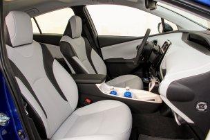 Négy felnőttnek parádésan kényelmes a Prius, az ötödik hely is jobb az átlagnál. A korábbiaknál nagyobbak és kényelmesebbek az ülések, a bőrkárpit fekete és világosszürke lehet. Itthon majd megnézünk egy alapverziót is