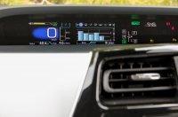 A műszerfal információs sávjában a bal oldali blokk fix az alapadatokkal, a jobb oldali lapozható, klíma, audiórendszer, telefon, iránytű, hibrid-információ is megjeleníthető