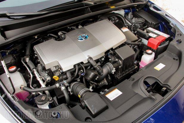 Plasztik alatt a világ legjobb termikus hatásfokú benzinmotorja. A teljesítménycsökkentéssel a hibridrendszer mérete is apadt, a 12 V-os akkumulátor a gépházba költözhetett