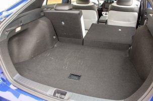 Kompaktabb a korábbinál a hibridrendszer akkumulátora, így az immár teljes egészében elfér a hátsó ülés alatt. Lejjebb kerülhetett a csomagtér padlója, a hátsó támlák ledöntésével viszont már nem sík a padló. A csomagtér-világítás a Prius II óta változatlan