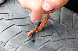 Már a kukac célszerszámba fűzése sem egyszerű, az abroncsba gyömöszkélése fokozott kihívás, de összességében (gumishoz menetelt is számolva) nincs ennél gyorsabb és olcsóbb javítás