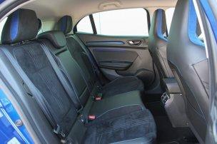 Akár családi autónak is megteheti a GT, az ötödik ülőhely persze csenevész, igazán pedig utasok nélkül élvezhető, ők ugyanis sokkalta jobban félnek a kanyarokban, mint amennyire kellene