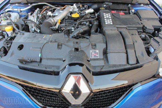 Kellően hátra került a csupán 1,6 literes, csakis duplakuplungos váltóval kapható turbómotor, amivel a GT egyáltalán nem tűnik alulmotorizáltnak