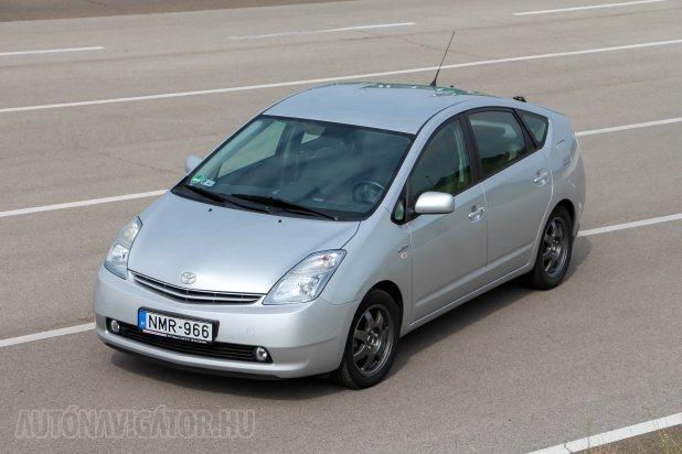 Van, akinek jobban tetszik a küllős dísztárcsáitól megfosztott felnijű Prius, én jobban szeretem azzal. A 2006-os frissítés után példányok legkönnyebben a sárvédők Hybrid-feliratáról ismerhetők fel