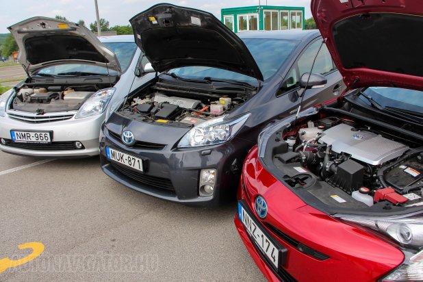 Bár a hibridrendszer elve nem változott, generációról generációra nagyon sok mindenen finomított a Toyota, a motorterek teljesen eltérőek, a 12 V-os akku először a IV-esnél került előre