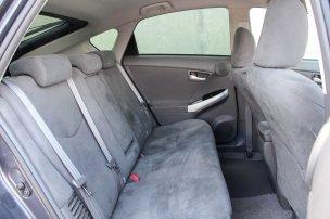 Elődjéhez képest kisebb, de így is nagy hátsó lábteret, nagyobb belmagasságot és kényelmesebb, jobban tartó üléseket adó a Prius III