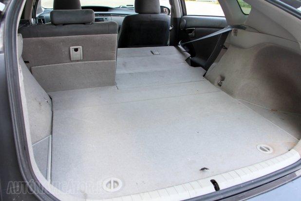 A Prius III csomagtere 20 literrel nagyobb a kettesénél, ám sémájában változatlan, szintén méretes padlórekeszt rejtő