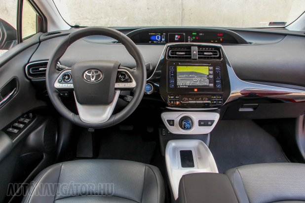 Még jobb anyagok, még nagyobb tér a Prius IV-ben. Továbbá már akár távolságtartós tempomat, holttérfigyelő és indukciós telefontöltő is. Kereken 9,99 millió forintért már nagyon korrekt, bőr helyett szövetüléses verzió kapható