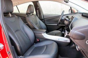 Nem tűnik fel, de a három autó közül a Prius IV adja a legkisebb, persze így is nagy hátsó lábteret. Bár a tető itt a leginkább lejtős, mégis itt a legnagyobb a hátsó fejtér