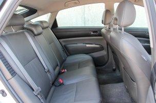 Csúszós az ülések bőrkárpitja, sokkalta jobb az alap plüssbelső, a hátsó lábtér meglepő módon itt a legnagyobb, pedig a hátsó ülőlap hossza is. Már a Prius II is alapáron hat légzsákkal és ESP-vel szerelt, 5 Euro NCAP csillagos biztonságot adó