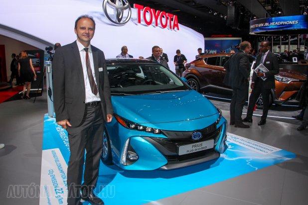 Gerald Killmann osztrák származású, már több mint 30 éve dolgozik a Toyotánál. Volt dízelmotoros és hibridekért felelős részlegnél is. A közeljövőt a hibridekben, a távolabbit az üzemanyagcellás autókban látja