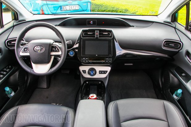 %KA%A Prius IV-hez hasonló, részleteiben mégis más a Prius Plug-in Hybrid beltere, de mindenképp jóval halkabb és kulturáltabb%KA%