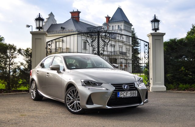 Lexus IS 300h Luxury Safety teszt