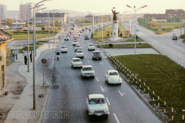 A '60-as években már körvonalazódott, hogy szükség lesz gyorsforgalmú utakra, az M1-M7 közös bevezető szakaszával kezdődött a hazai autópályák építése, bár az M7 1970-ig csak a Balaton felé vezető oldalon készült el, Osztapenko százados viszont már 1951 óta mutatta az irányt