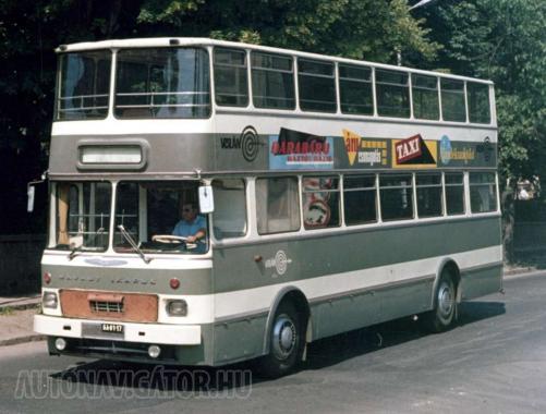 Színes reklámok díszítették az impozáns külsejű emeletes busz oldalát − az elmaradhatatlan, csigavonalas Volán jelzés mellett