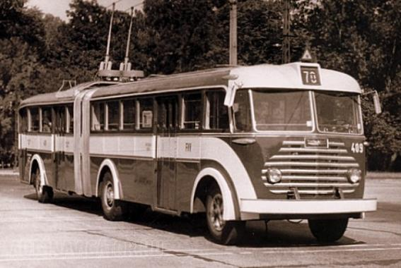 Trolibuszként is sikert aratott a csuklós konstrukció. Anno borsózöldre, narancssárgára és világoskékre is fényezték a manapság kizárólagosan piros színben ismert járműveket