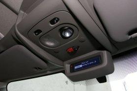 Látómezőn kívül, a plafonon kapott helyet a rádió és a Bluetooth-kihangosító kijelzője, valamint az alapáras központi zár és a vészvillogó kapcsolója