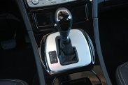 Telefon, audiorendszer, tempomat és fedélzeti számítógép is vezérelhető az autót is irányító a kormánykerékről. Okos és gyors a kétkuplungos automata váltó. Az érintőképernyős információs-rendszer bugyuta, ha kikapcsoljuk, a kihangosító és a tolatókamera sem működik