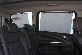 Mindkét hátsó sorban rolóval árnyékolhatók az oldalablakok − a Ghia felszerelésnél