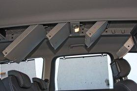 Sok kacat tehető a komoly úthibákon kinyíló tetődobozokba, a középső tetőboksz a fejteret jelentősen apasztja